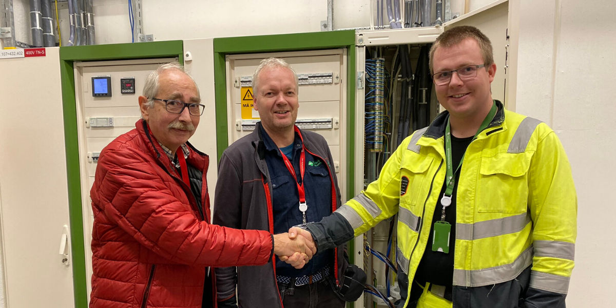 Lars Egeland with his examiners, developing his data centre skills